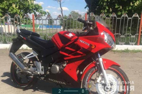 На Тернопільщині поліція швидко затримала шахрая, який розплатився фальшивими доларами за мотоцикл