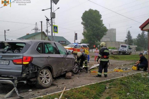 На Тернопіллі водій на BMW Х5 зніс електроопору (фото)