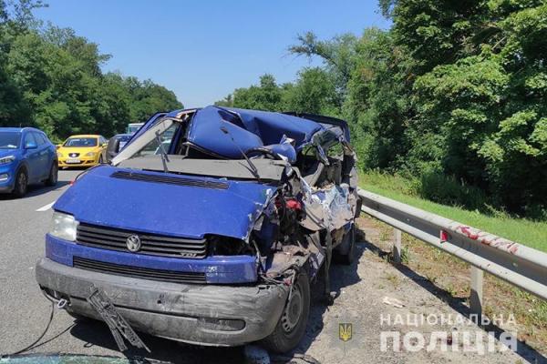 Заснув за кермом: на Тернопільщині іномарка врізалася у вантажівку
