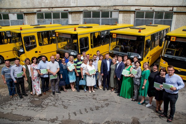 Громадам Тернопільщини передали ключі від шкільних автобусів