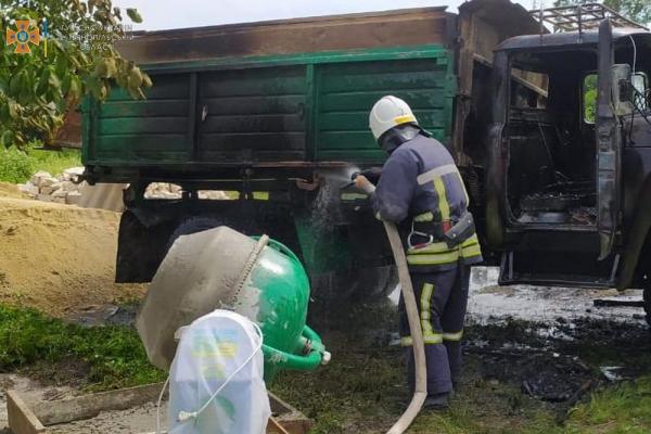 На Тернопільщині загорілася вантажівка: водія шпиталізували