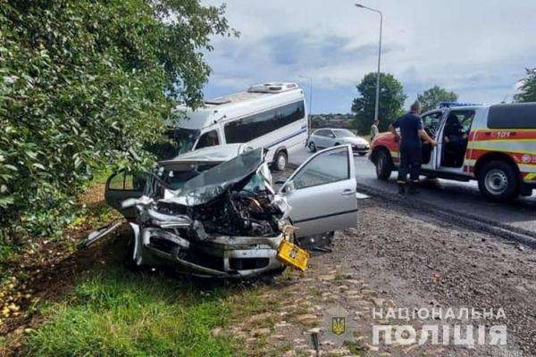 ДТП біля Дарахова: щоб дістати водія рятувальники розрізали автівку