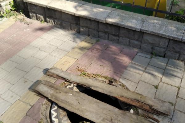 «Два тижні люк без накриття» — жителька Бучача розповіла про небезпеку посеред міста