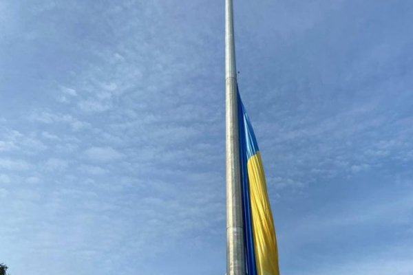 У тернопільському парку «Топільче» підняли 30-метровий прапор
