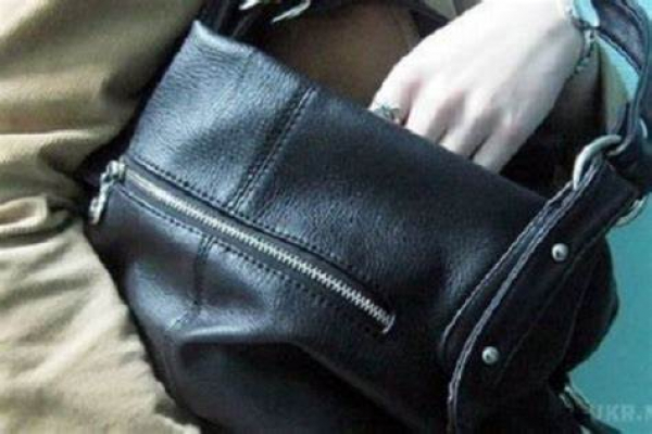 Затримали 18-річну тернополянку, яка вкрала чужу сумку з грішми
