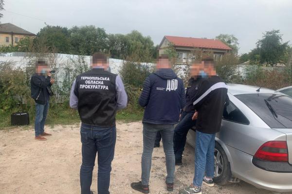 2 400 доларів за допомогу у працевлаштуванні: на Тернопільщині держслужбовця впіймали на хабарі