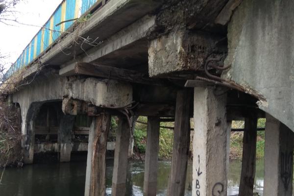 У Бережанах розвалюється міст, по якому їздять вантажівки