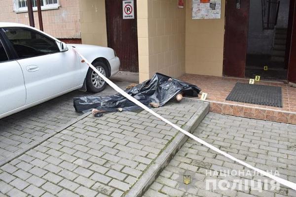 Насильницька смерть: у Тернополі біля під'їзду одного з будинків знайшли тіло 72-річного чоловіка