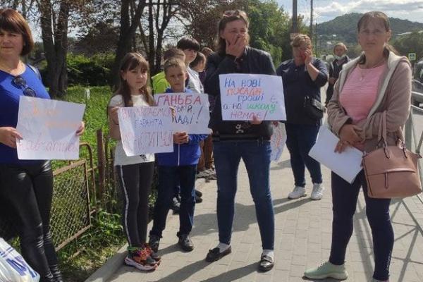 На Тернопільщині батьки учнів частково перекрили дорогу через реорганізацію гімназії