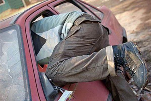 У Тернополі автомобіль Volkswagen Sharan обікрав 23-річний бомж з Чорткова