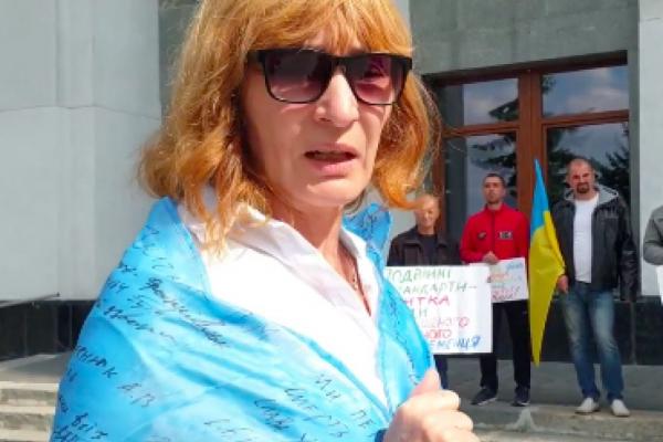 Вчительку Надію Медецьку, яка вже 9 днів голодує проти закриття школи, сьогодні забрала швидка