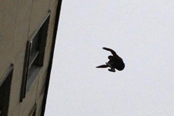 У Тернополі 22-річний хлопець упав із даху