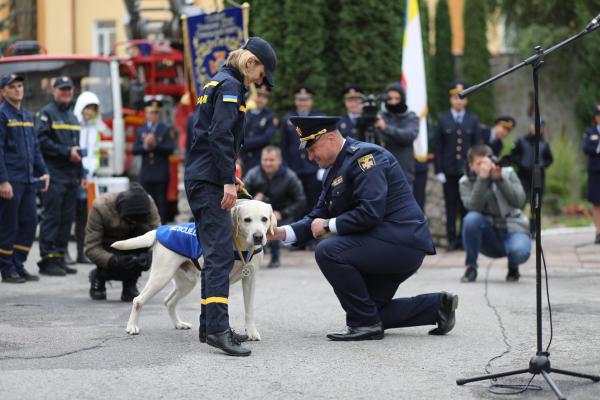 «Бім, твоя місія виконана з честю»: у Тернополі на «на пенсію» провели собаку-рятівника