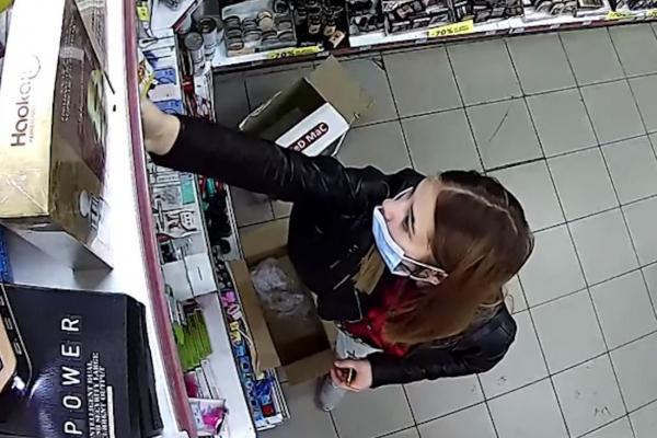 Тернопільська поліція просить допомогти встановити особу жінки, яка обікрала «Копійочку» (ВІДЕО)