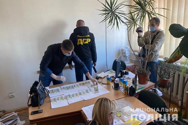 «Відмазувала» від армії за 1500 доларів: на Тернопіллі викрили заввідділенням райлікарні