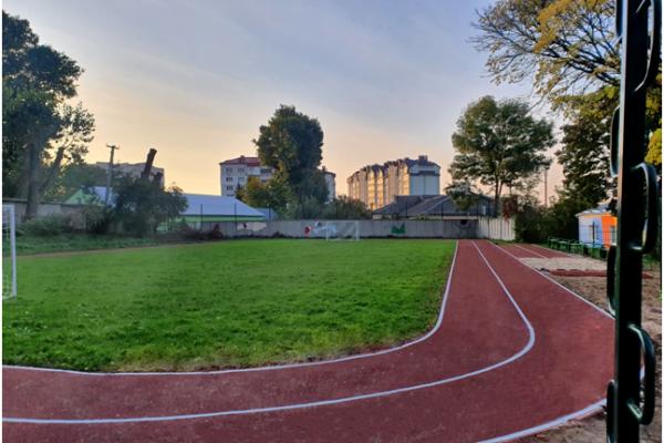 В одній зі шкіл Тернополя капітально відремонтували спортивний майданчик