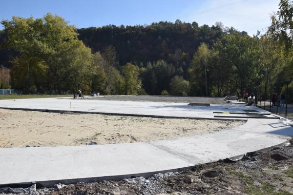 У Чорткові триває будівництво мультифункціонального спортмайданчика