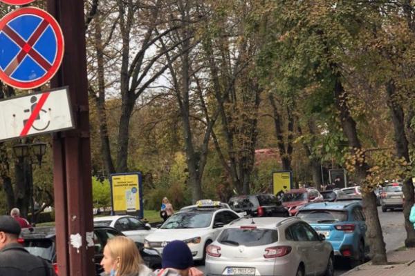 Активісту із Бережан у Файному місті можна паркуватися з порушенням дорожніх правил? (ФОТО)
