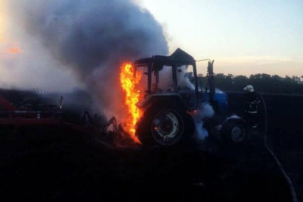 На Тернопільщині в полі одночасно загорілися два трактори