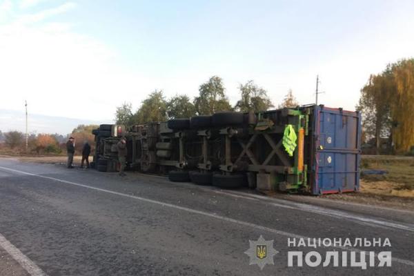 На Тернопільщині ДТП: перекинулася вантажівка із зерном сої
