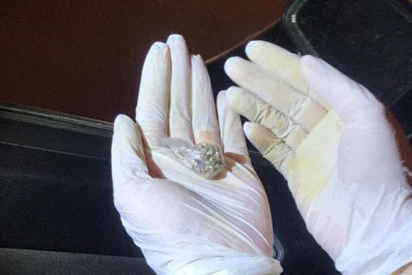 У Тернополі п'яний водій перевозив зброю і наркотики