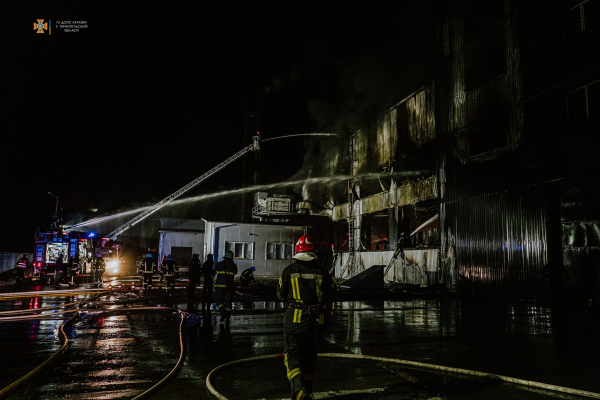 У Великих Гаях з другої ночі рятувальники гасять масштабну пожежу складів (ФОТО)