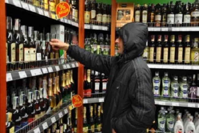 Вкрав з магазину пляшку віскі (Відео)