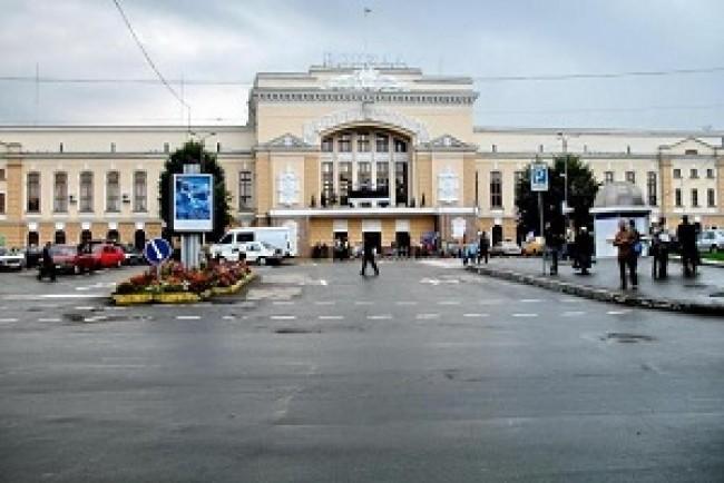 Різдвяні мелодії від симфонічного оркестру звучали на залізничному вокзалі Тернополя (Відео)