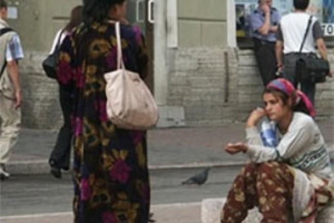 В центрі Тернополя на очах в десятків людей роми нюхали клей і відбирали їжу (Відео)