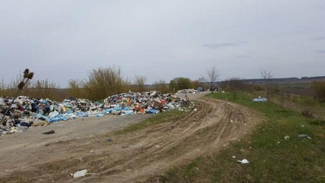Дві фури зі львівським сміттям зупинили на Тернопільщині