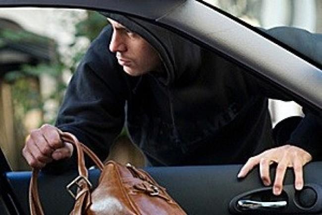 Злодії у Тернополі підібрали ключ до автомобіля і викрали документи