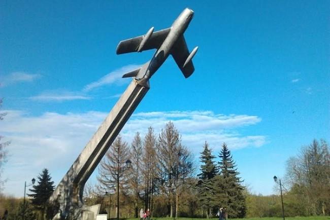 У Тернополі шукають кращу ескіз-ідею, якою замінять літак на «Східному»