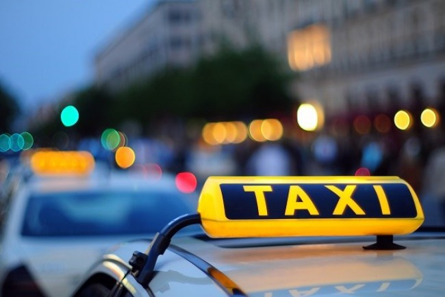 Патрульні показали відео, як таксист у Тернополі ледь не збив маму з візочоком