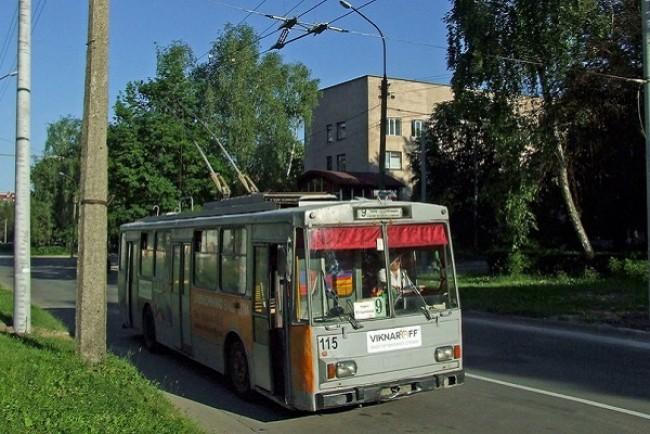 Тернополяни скаржаться на неточні графіки руху громадського транспорту, які ще й розмістили надто високо