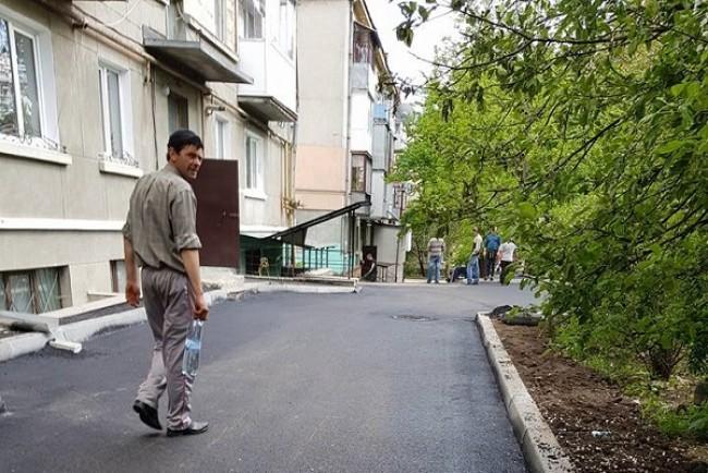 Депутат міськради Олег Нитка показав капітальний ремонт двору на Новому світі