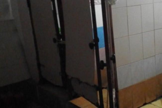 Громадська вбиральня в серці Тернополя схожа на декорацію фільму жахів