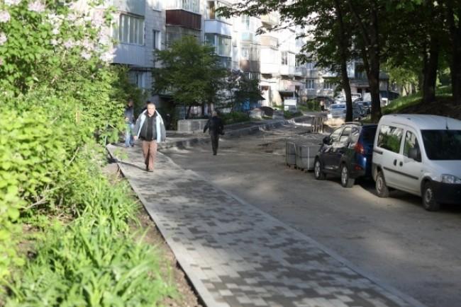 Ремонт двору у Тернополі призупинили: мешканці не знають, чого хочуть (Фото)