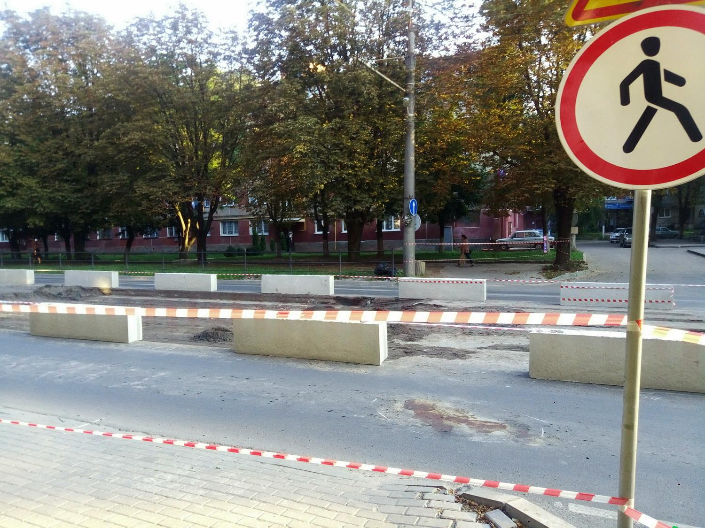 У Тернополі розпочали встановлювати підвищений пішохідний перехід