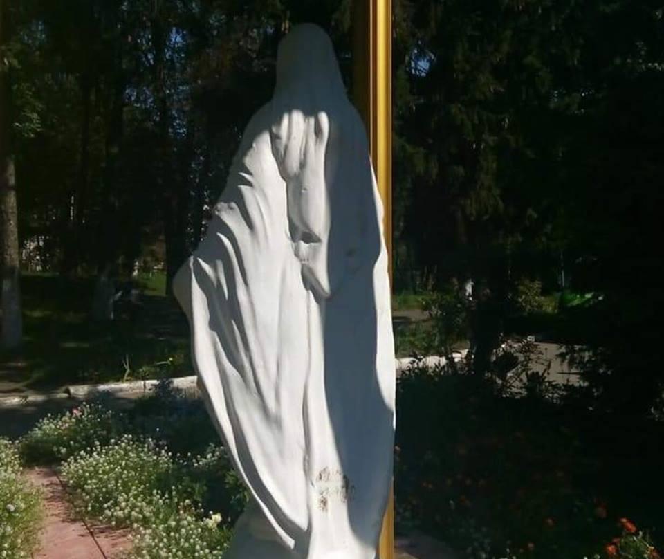У Тернополі жінка познущалася з фігури Богородиці (Фото)