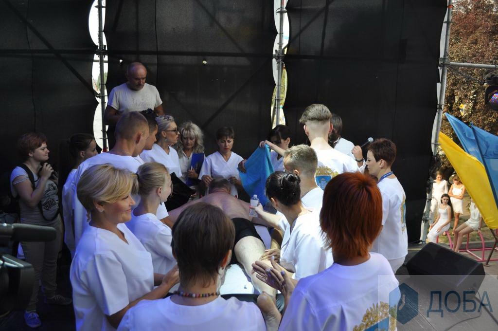 У Тернополі встановили новий рекорд - масаж у 30 рук (Фото, відео)