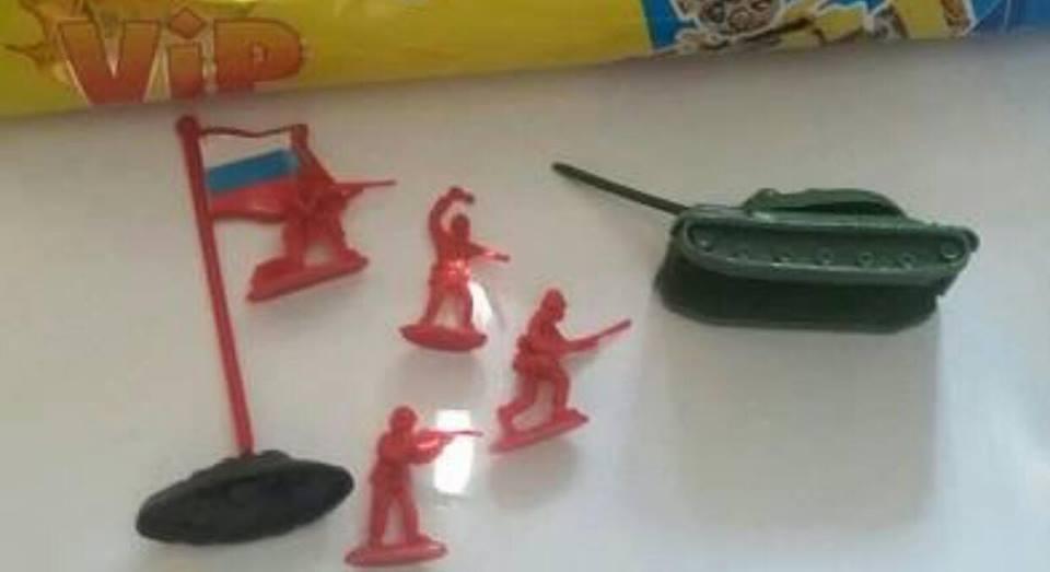 Танк, солдати і російський прапор - іграшки, які виробник з Тернопільщини поклав в упаковки своєї продукції (Фото)