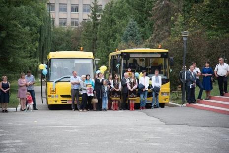 Сім нових шкільних автобусів передали навчальним закладам Тернопільщини (Фото)
