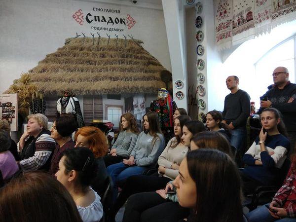 Цього дня до етногалереї завітали майстрині Школи борщівської народної  сорочки b94509c83287a