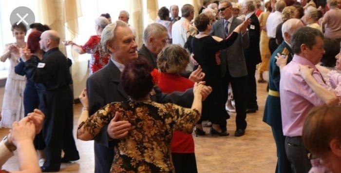 На Тернопільщині священик організовує танці для тих, кому за 40
